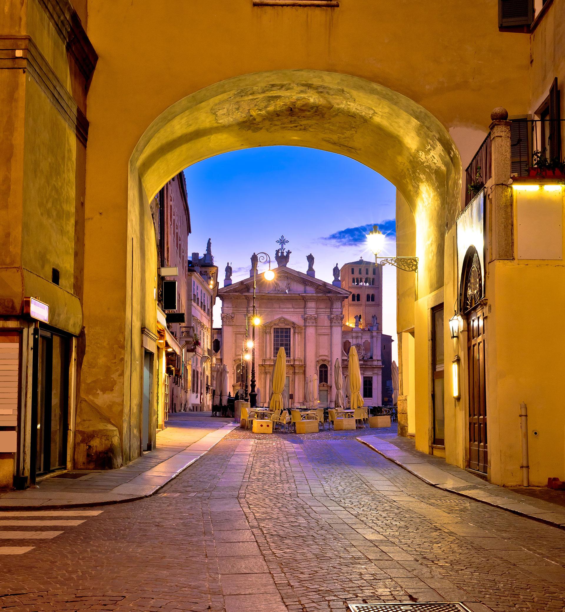 mantova: arco di San Pietro e Piazza Sordello